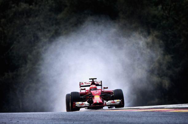 Kimi Räikkönen ajamassa Suomea ulkomaalaisten sydämiin Belgian Spa-radalla elokuussa.