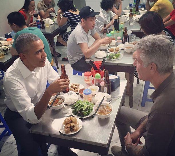 Anthony Bourdain työnsä touhussa. Tässä ruokaseurana Barack Obama.