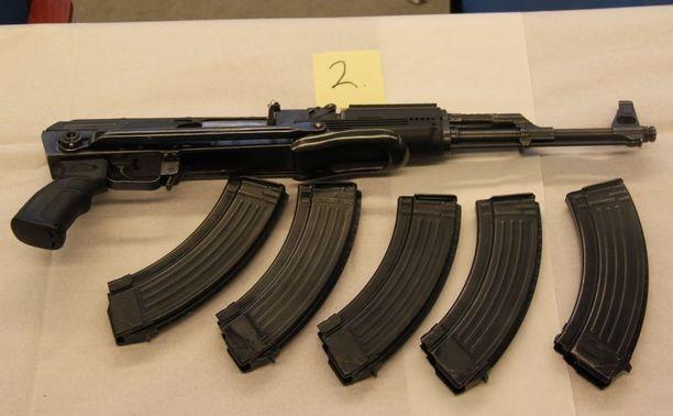 Asunnosta takavarikoitiin myös huomattava määrä patruunoita, patruunalippaita sekä muita aseen osia.
