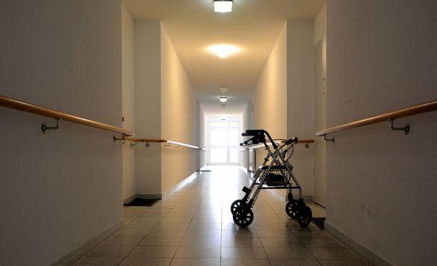 Pursiaisen mukaan palvelujärjestelmää rakennettaessa on unohdettu, että kun kuolema lähestyy, hoidon tarve tiivistyy. Kaikille koti ei ole se paras vaihtoehto.