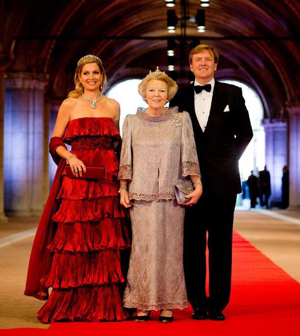Kuningatar Beatrix luopuu tänään vallasta. Vasemmalla prinsessa Maxima ja oikealla tuleva kuningas Willem-Alexander.