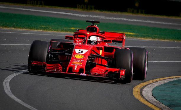 Kolmosruudusta startannut Sebastian Vettel nousi Australian GP:n kärkeen hieman ennen kilpailun puoliväliä.