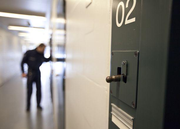 Väkivaltariski saattaa kiristää jatkossa kaikkien vaarallisten vankien vapautumista. Kuvituskuva Vantaan vankilasta.