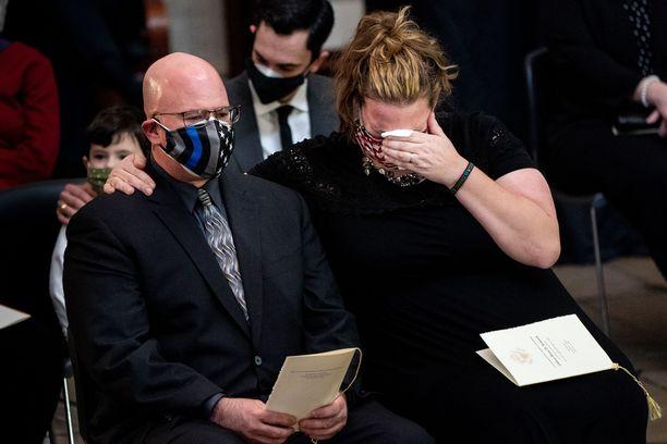 Kongressitalon valtauksessa pahasti loukkaantunut Brian Sicknick niminen poliisi menehtyi seuraavana päivänä. Kuva on Sicknickille kongressissa järjestetystä muistotilaisuudesta.