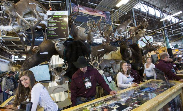 Messuilla on monta pistettä, joilla myydään trofee-metsästysmatkoja Yhdysvaltoihin ja ulkomaille.