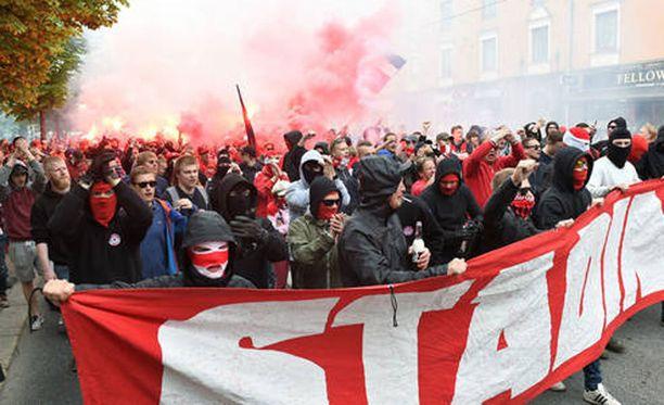 Stadin Kingit marssivat Kisahallin päädystä Sonera-stadionille.