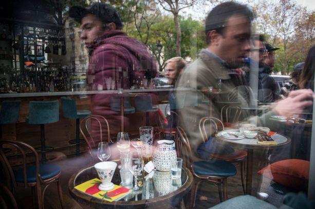 Juomat ja laukut jäivät paikoilleen, kun ihmiset ryntäsivät iskun aikana ulos Chez Mamma ravintolasta Boulevard Richard Renoirilla.