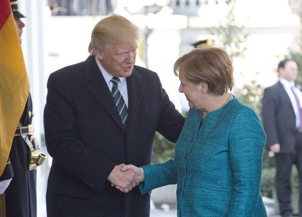 Ensimmäinen kättely kahden maailman vaikutusvaltaisimman ihmisen kohdatessa.