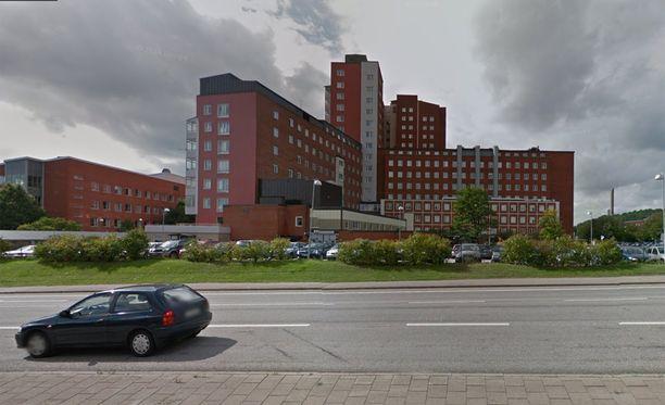 Yksi ruumis löydettiin Uddevallan sairaalan (kuvassa) lähistölle parkkeeratusta autosta.