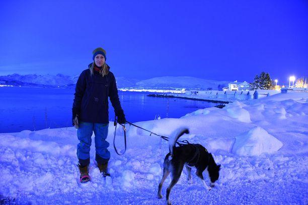 Maarit Valkonen ihastui vaihto-oppilaana Norjaan ja on nyt Tromssassa yrittäjänä. Alaskanhusky Nero kulkee mukana vapaalaskureissuilla.