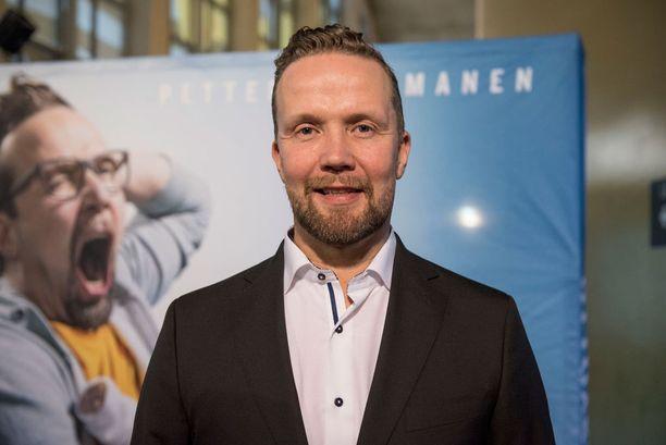 Petteri Summanen edusti hyvillä mielin kutsuvierasensi-illassa.
