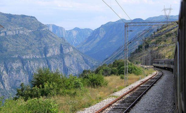 Juna vie Serbiasta Montenegroon.