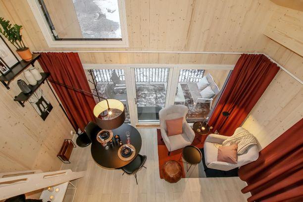 Yksiössä on tilaa luova avara huonekorkeus.