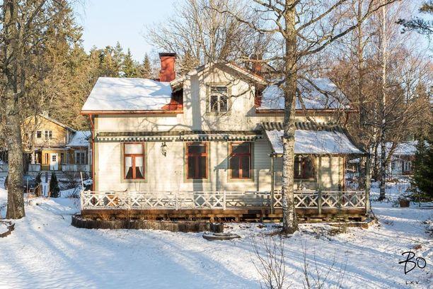 Tämä inkoolaistalo on rakennettu vuonna 1903 ja se sijaitsee suurella puutarhatontilla, jossa on runsaasti marjapensaita ja puita.