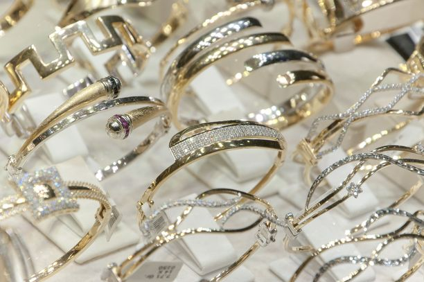 Kultasepänliikkeestä varas keräsi syytteen mukaan kultaesineitä ja koruja mukanaan olleeseen reppuunsa. Kuvituskuva.