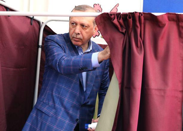 Turkin presidentti Erdoan äänesti Istanbulissa sunnuntaina.