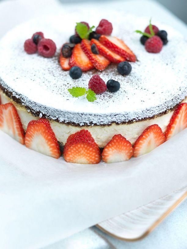 Tämä kakku pitää leipoa jo edellsenä päivänä, jotta se ehtii hyytyä.