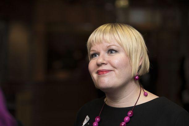 Perhe- ja peruspalveluministeri Annika Saarikon mukaan hallitus etenee suunnitelmiensa mukaan sote-vastineensa kanssa.