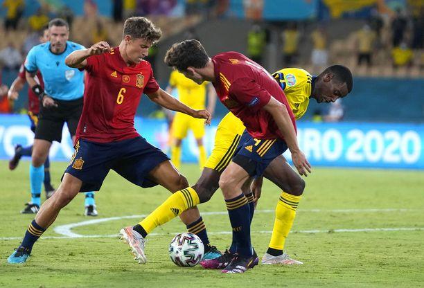 Alexander Isak (keltainen paita) piti Marcos Llorenten (vas.) ja Pau Torresin varpaillaan.