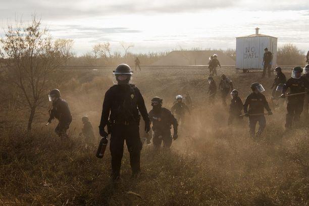 STANDING ROCK Dakota Access -putken rakennustöitä puolustavia mellakkapoliiseja.