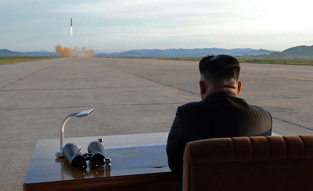 Kim Jong-un seuraa ohjuskoetta.