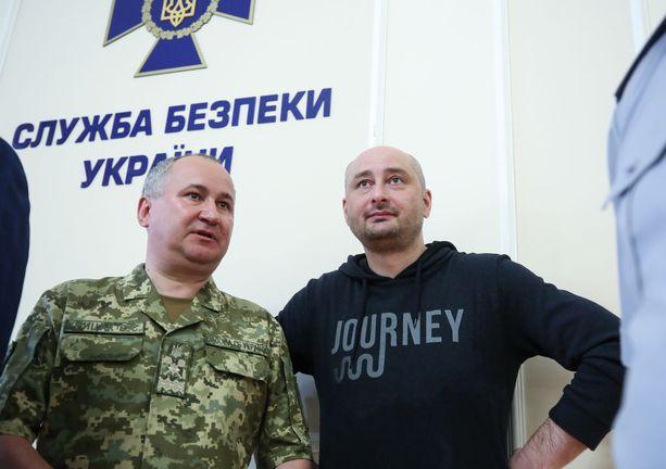 Babchenko tänään tiedotustilaisuudessa vierellään SBU:n päällikkö Vasili Gritsak.