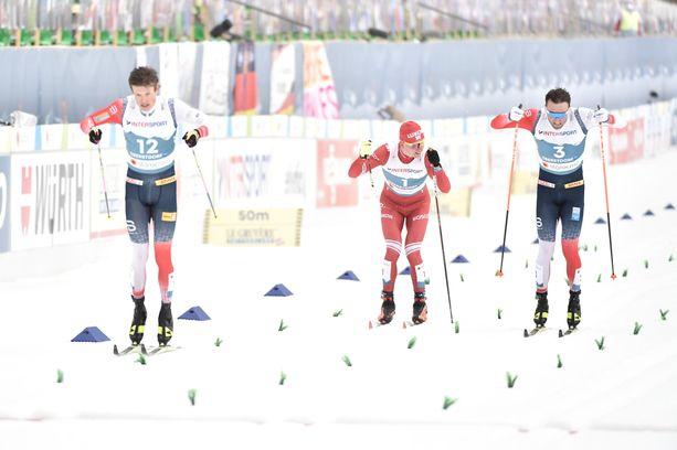Johannes Kläbo (vas.) lykki 50 kilometrin voittoon, mutta mies hylättiin kisan jälkeen. Maailmanmestariksi nousi Emil Iversen, joka ohitti maalisuoralla yhdellä sauvalla hiihtäneen Aleksandr Bolshunovin.
