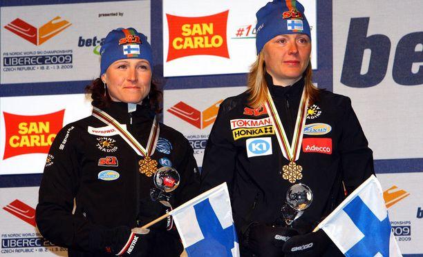 Aino–Kaisa Saarinen (vas.) ja Virpi Kuitunen (nyk. Sarasvuo) parisprintin MM-kultamitalit kaulassa Liberecissä vuonna 2009.