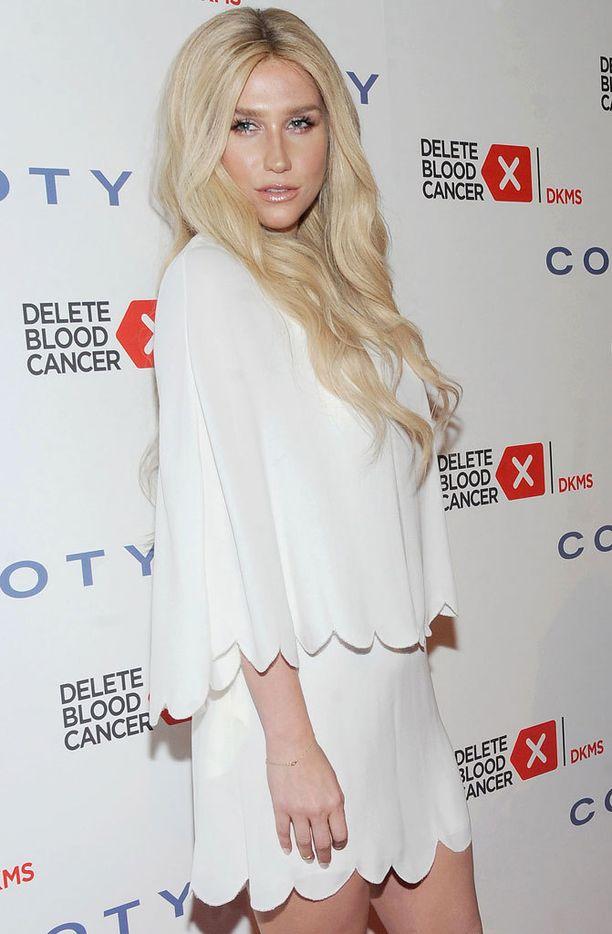 Vielä huhtikuussa Kesha edusti luonnollisessa blondissa.