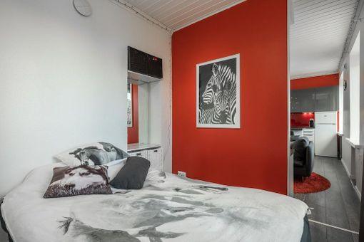 Huoneen ja keittiön asuntoa on muokattu niin, että nyt 28 neliöön mahtuu avokeittiö ja olohuone sekä melkein erillinen makuuhuone. Asunto sijaitsee Helsingin Kaartinkaupungissa.