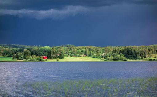 Hyvästi, hirmuhelteet! Kohta Suomi kastuu kunnolla – näissä paikoissa on kuuminta ennen täyskäännöstä