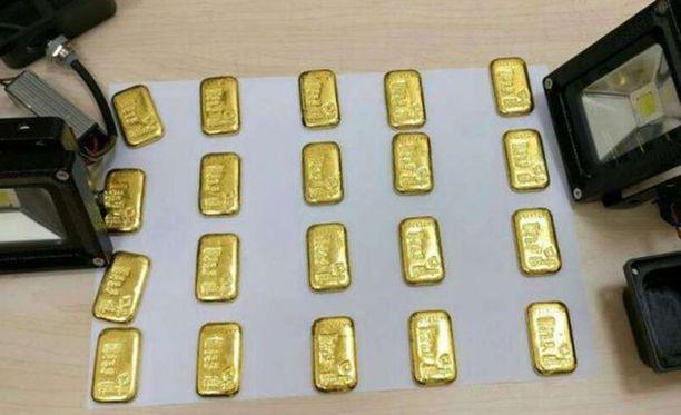 Yhteensä kultaharkkoja löytyi 20. Niistä kahdeksan oli piilotettu led-lamppuihin.