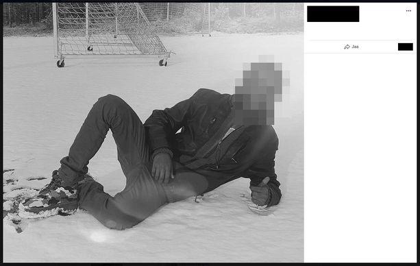 Epäilty näyttää Facebook-kuvassa peukaloa.