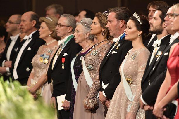 Prinsessa Madeleine (kuvassa keskellä) seurasi Nobel-gaalaa eturivissä miehensä, veljensä ja tämän vaimon sekä tätinsä prinsessa Christinan kanssa.