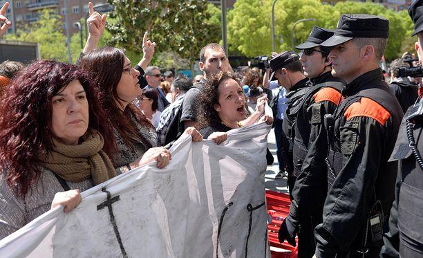 """Ympäri Espanjaa järjestettiin torstaina mielenosoituksia sitä vastaan, että """"susilauma"""" vapautettiin raiskaussyytteistä."""