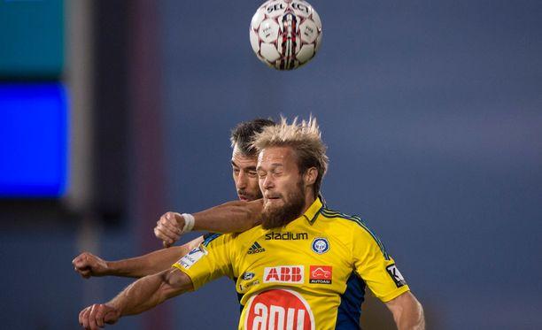 Akseli Pelvas vastasi yksin HJK:n tehoista Interiä vastaan viime perjantaina Turussa.
