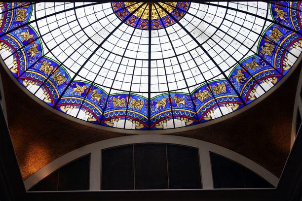 Nyky-Adlonin komean lasikupolin alla on helppo kuvitella itsensä sadan vuoden taakse,