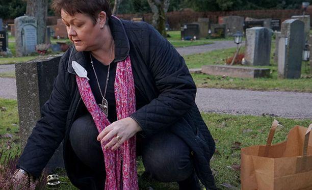 Anne Samula auttoi Helmiä haudan ylläpidossa ja kukkien laittamisessa, kun hän ei itse enää jaksanut.