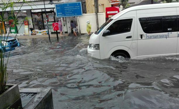 Koh Samuin saaren kaduilla tulvii.