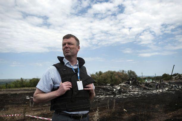 Etyjin Ukrainan tarkkailumission apulaisjohtaja Alexander Hug on usein kentällä. Kuva on heinäkuulta 2014 paikassa, jossa matkustajalentokone ammuttiin alas.