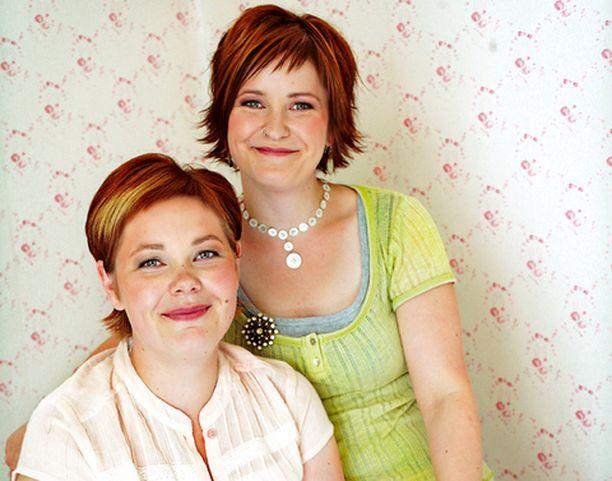Annu ja Liinu valitsevat liikkeessään myytävät tuotteet yhteistuumin.