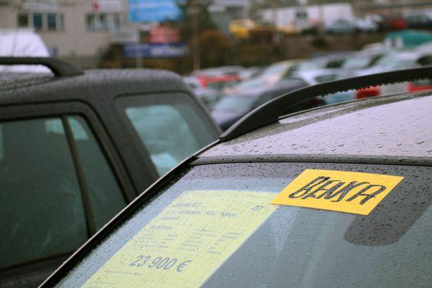 Sulan alueella myytävässä autossa ikkunassa oli eri maininta siitä, että kyseessä on bensa-auto.