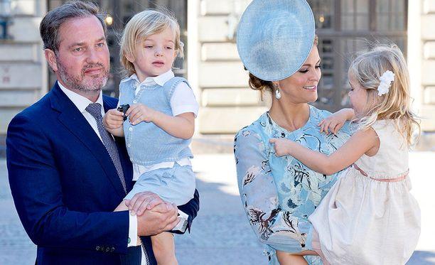 Prinsessa Madeleine sylissään pikkuprinsessa Leonore. Puoliso Chistopher O'Neillilla puolestaan sylissä pikkuprinssi Nicolas.