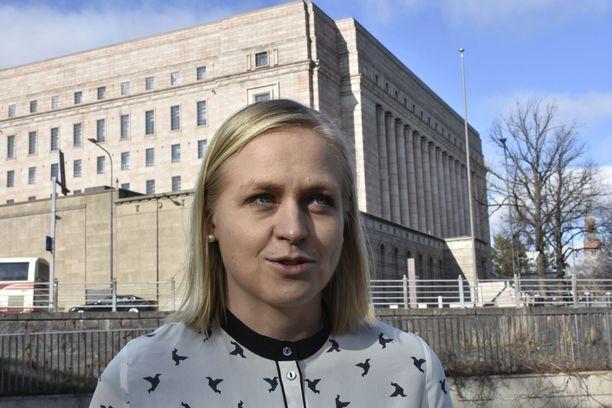 """Elina Lepomäki (kok) sanoo, että vaatimatonkin talouden """"yskähdys"""" vaikuttaa useita vuosia eteenpäin."""