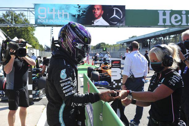 Tässä vaiheessa moka oli jo ehditty korjata. Taustalla hehkutettiin, että Lewis Hamilton on urallaan yltänyt paalulle 94 kertaa – useammin kuin kukaan muu.