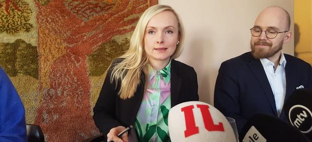 Vihreiden puheenjohtaja, sisäministeri Maria Ohisalo vastasi toimittajien Kreikka-kysymyksiin Politiikan toimittajat ry:n tilaisuudessa Helsingissä perjantaina. Viressä hänen erityisavustaja Jarno Lappalainen.