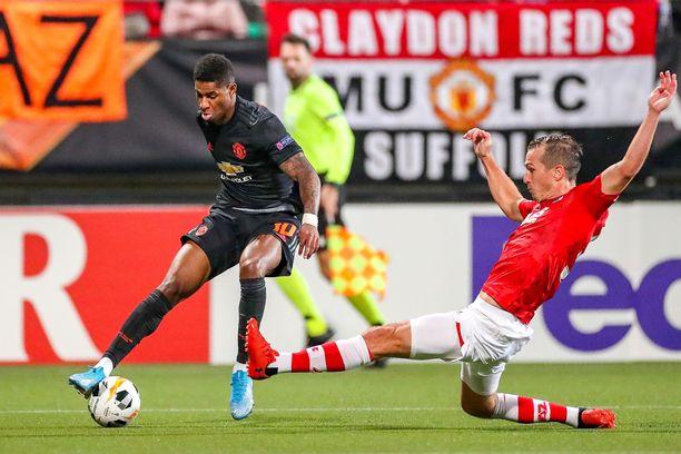 Manchester Unitedin Marcus Rashford (vas.) ei saanut palloa ohi Alkmaar-puolustaja Stijn Wuytensin.