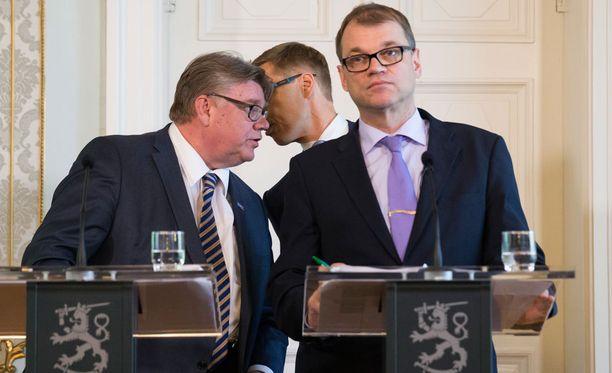Juha Sipilän (oik) johtama hallitus suhtautuu lähteen mukaan Kreikka-pakettiin ristiriitaisesti. Timo Soinin (vas) perussuomalaisilla on hallituspuolueista kielteisin kanta, Alexander Stubbin kokoomuksella myönteisin.