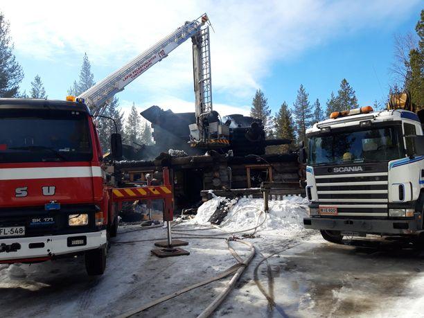 Vapaa-ajan käytössä ollut kaksikerroksinen hirsimökki tuhoutui palossa.