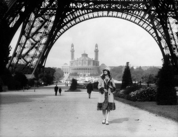 Nuori nainen Eiffel-tornin alla 1920-luvulla.